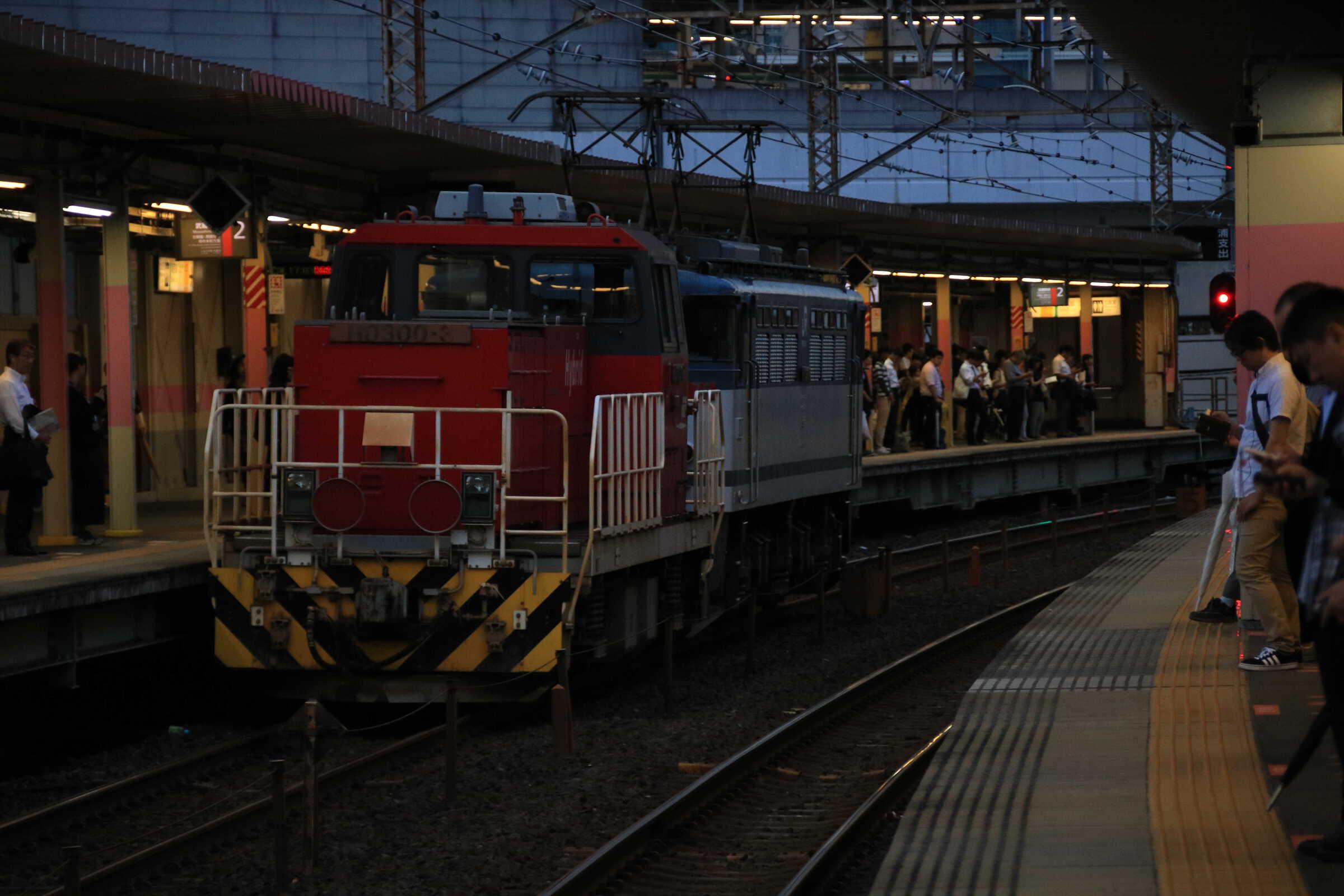 単8590列車 越谷タ常駐機交換 EF65-2076①[新]+ムド HD300-3②[新]