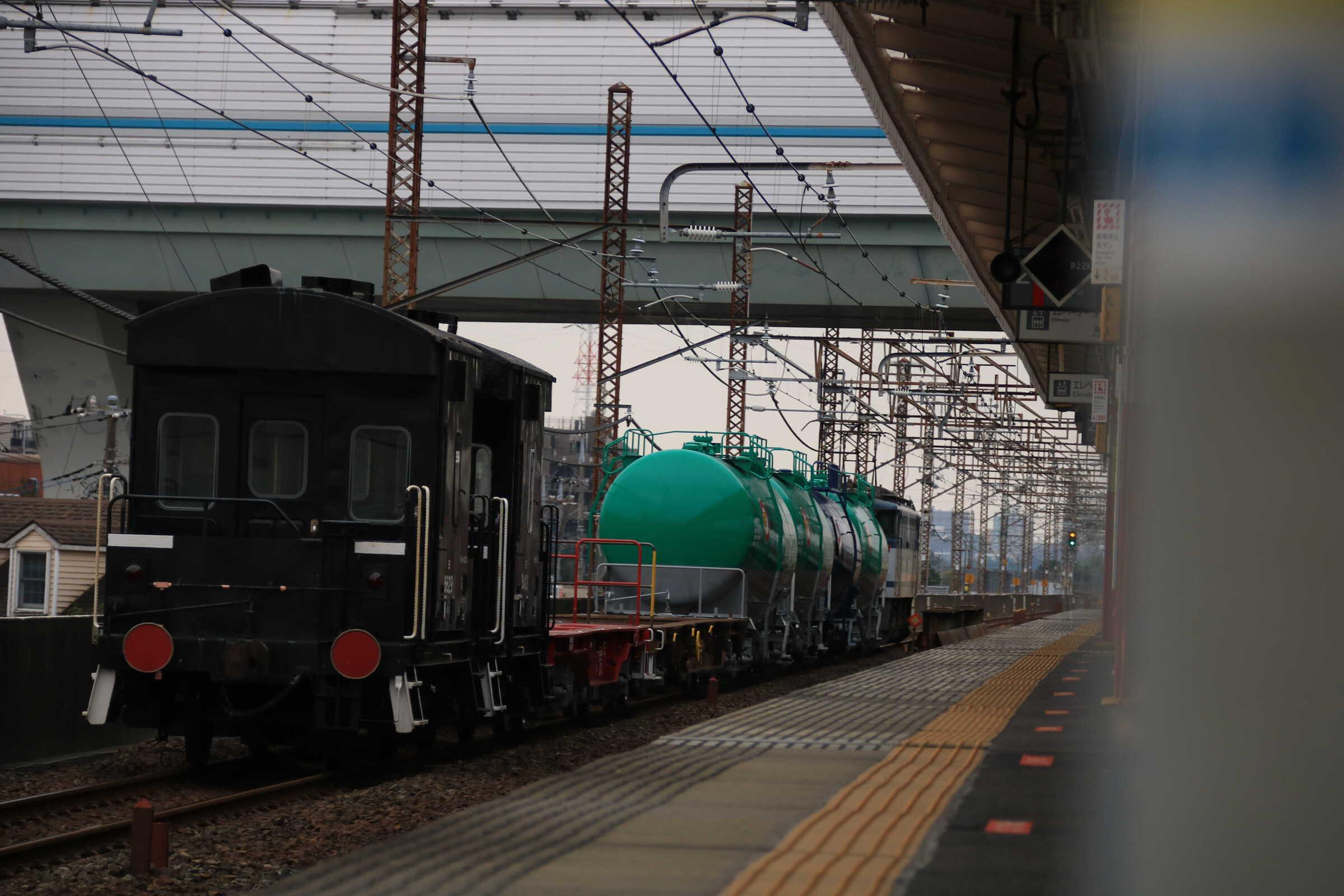 配6794列車 EF65-2066②[新]+タキ4B+コキ2B+ヨ2B