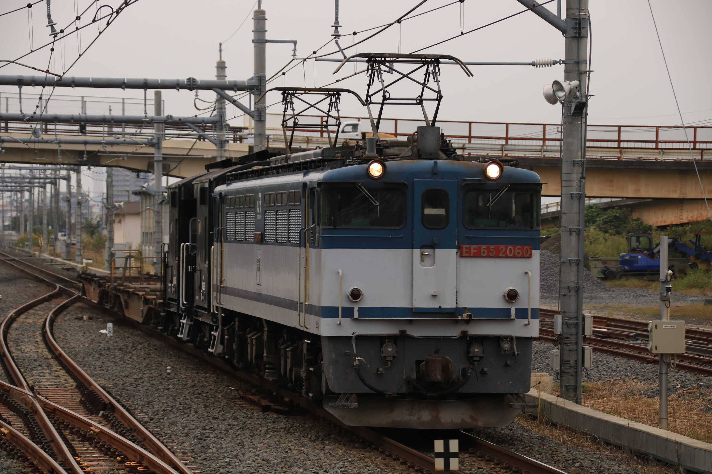 配8790列車 EF65-2060②[新]<臨A907>+ヨ2B+コキ2B