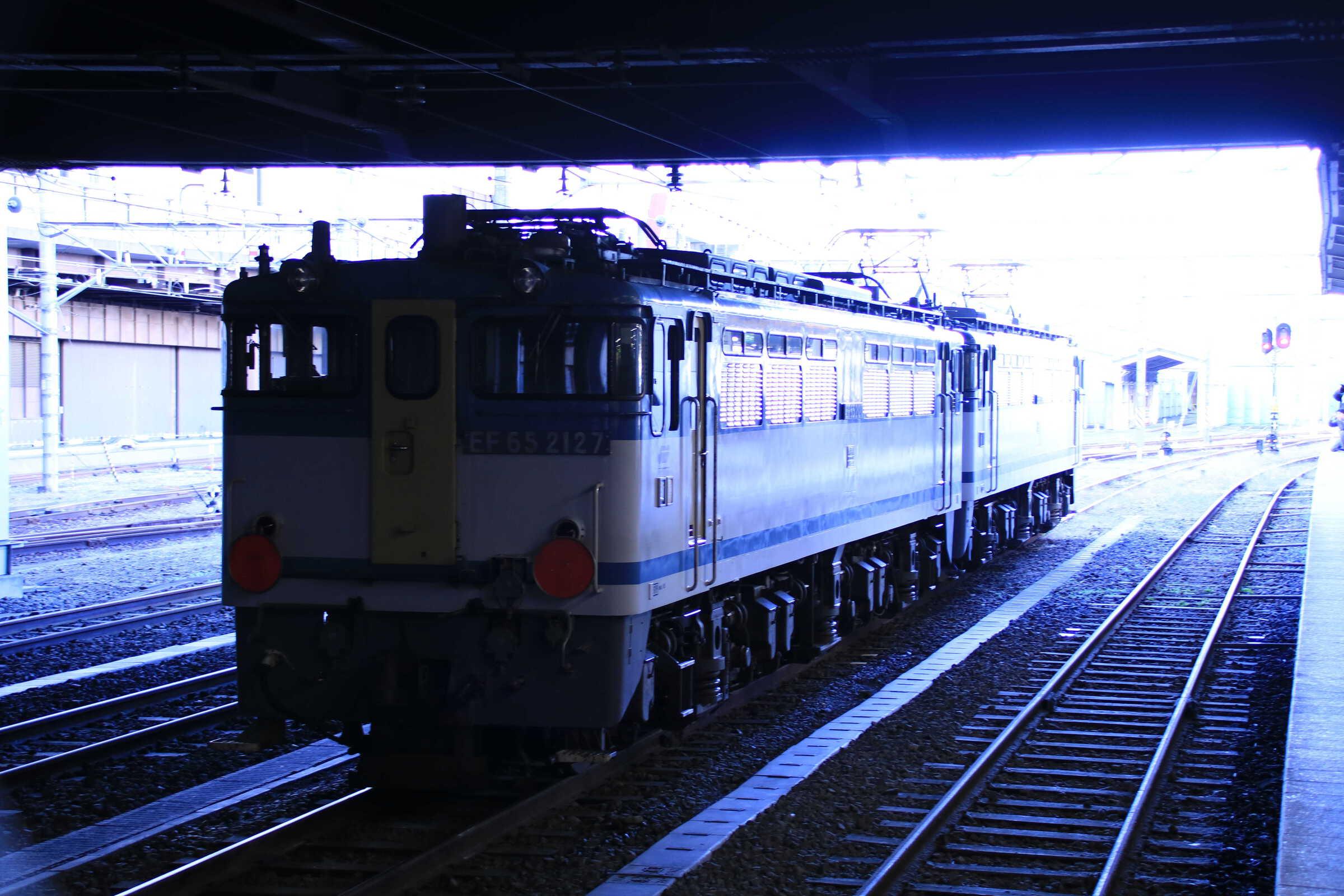 単8283列車(種別変更 : 貨物列車, 専貨A) OM入場 EF65-2090①[新]<臨A991>+EF65-2127②[新]