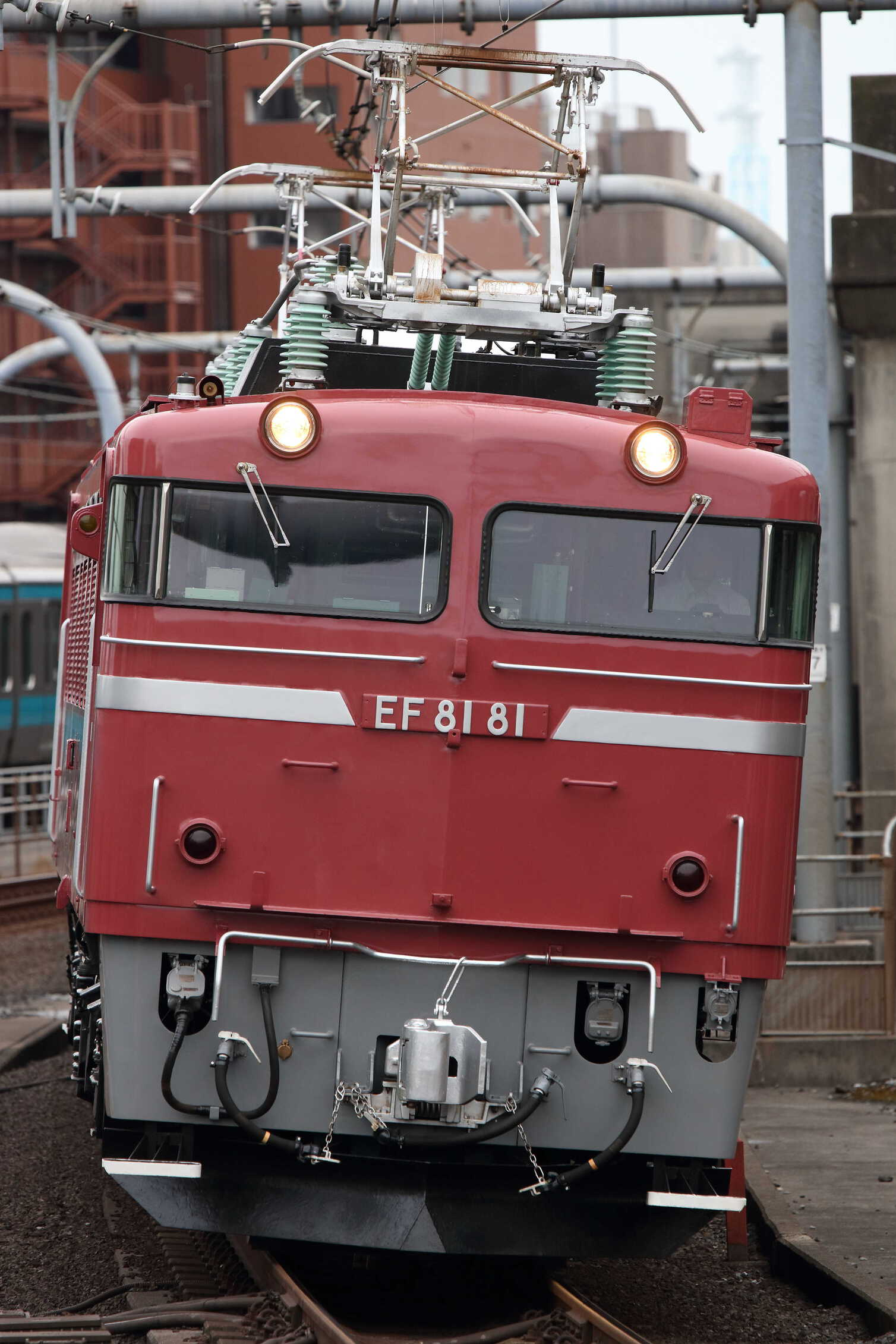 配8937列車 交検出場配給 EF81-81①[田]+ホキ6車