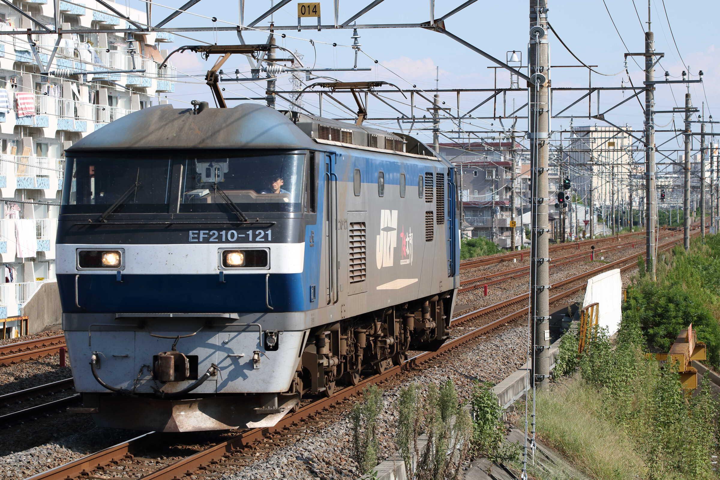 5883列車(列車種別変更 : 単機) EF210-121①[新]