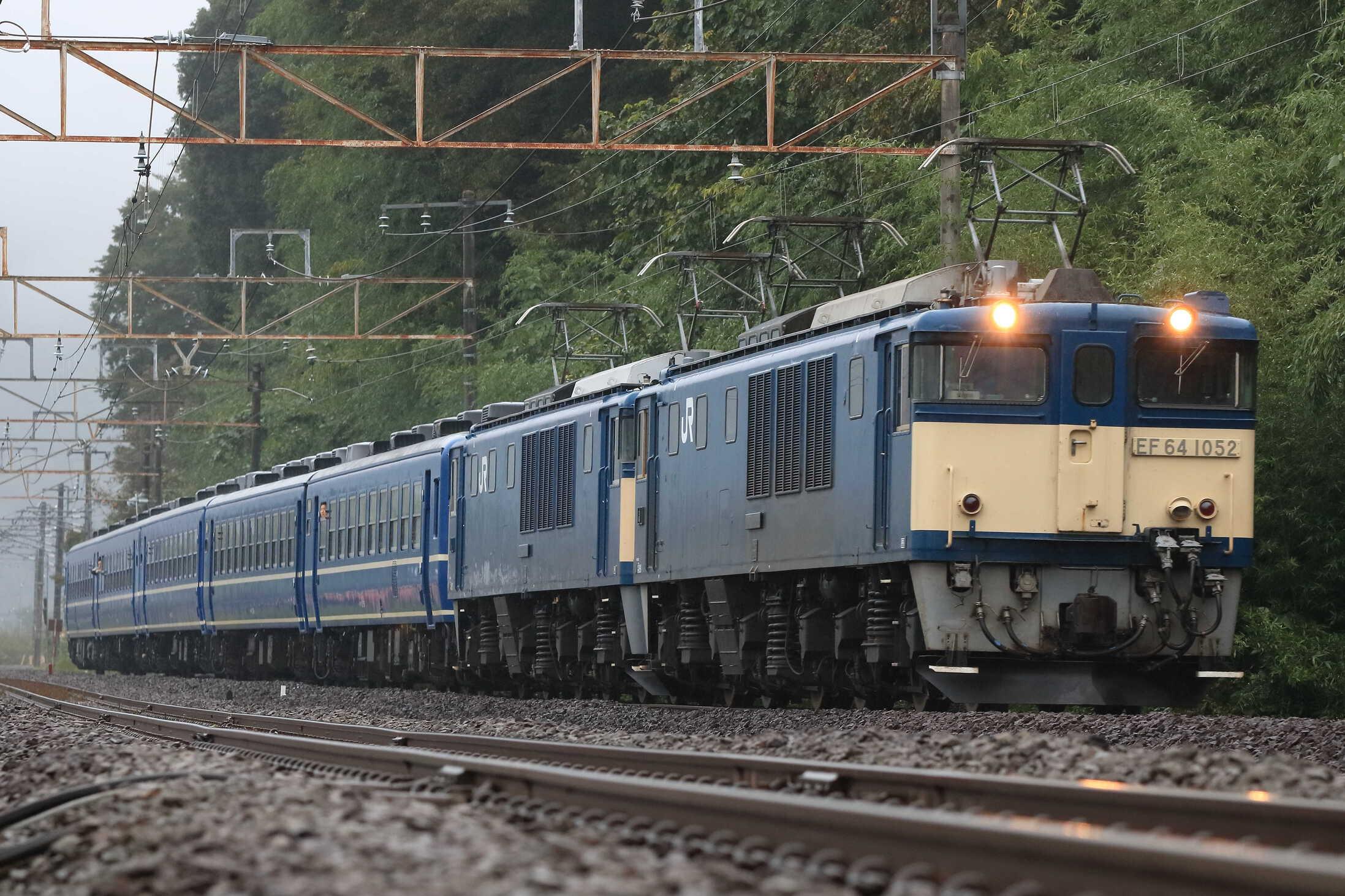 9732列車 ELみなかみ EF64-1052①[高]+EF64-1053①[高]+12系 高タカ車5両