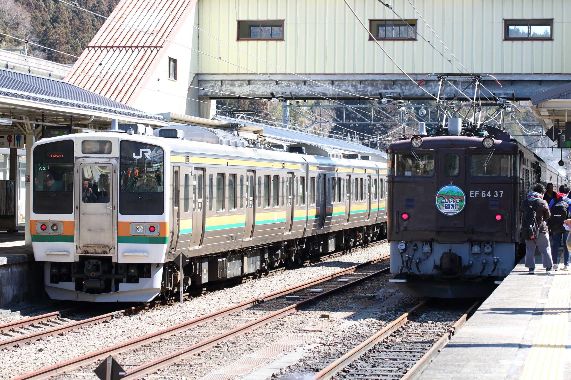9136列車 EF64-37[高]+旧客5両+C61-20[高] / 131M〜138M 211系 高タカA2編成