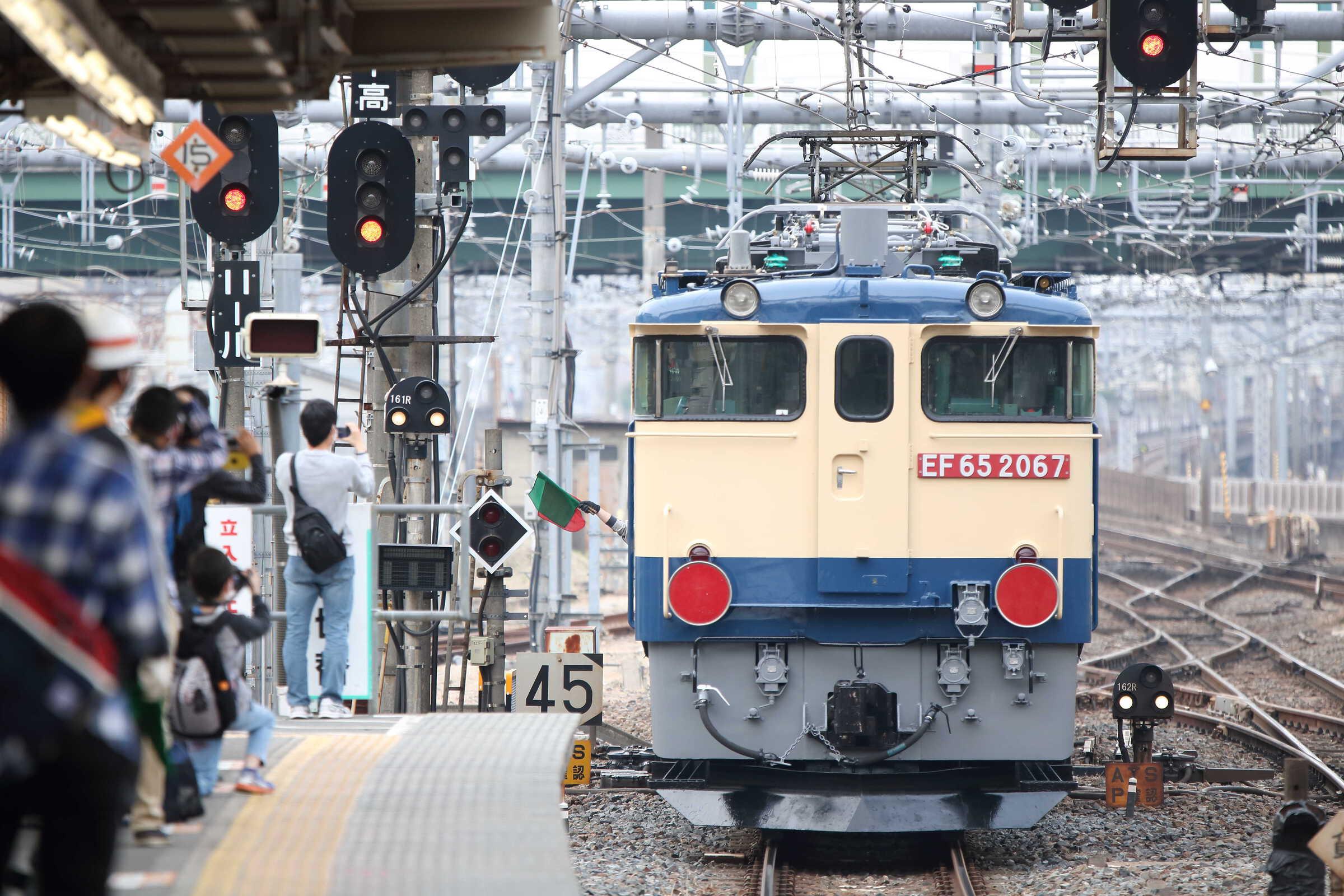 入換〜単8253列車(列車種別変更 : 専貨A) OM出場 EF65-2092[新]+Nム EF65-2067[新]