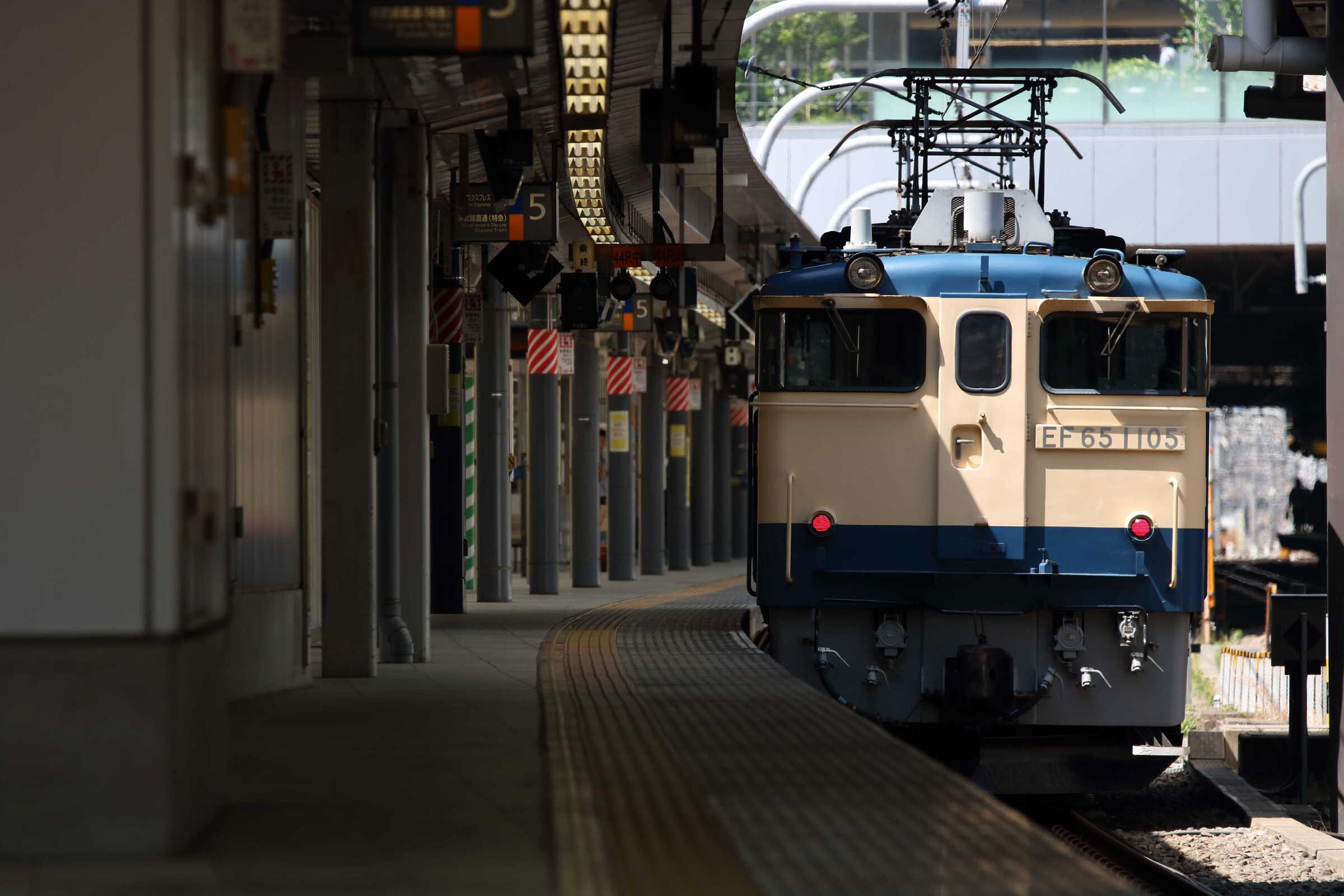 単8925列車 EF65-1105[田]