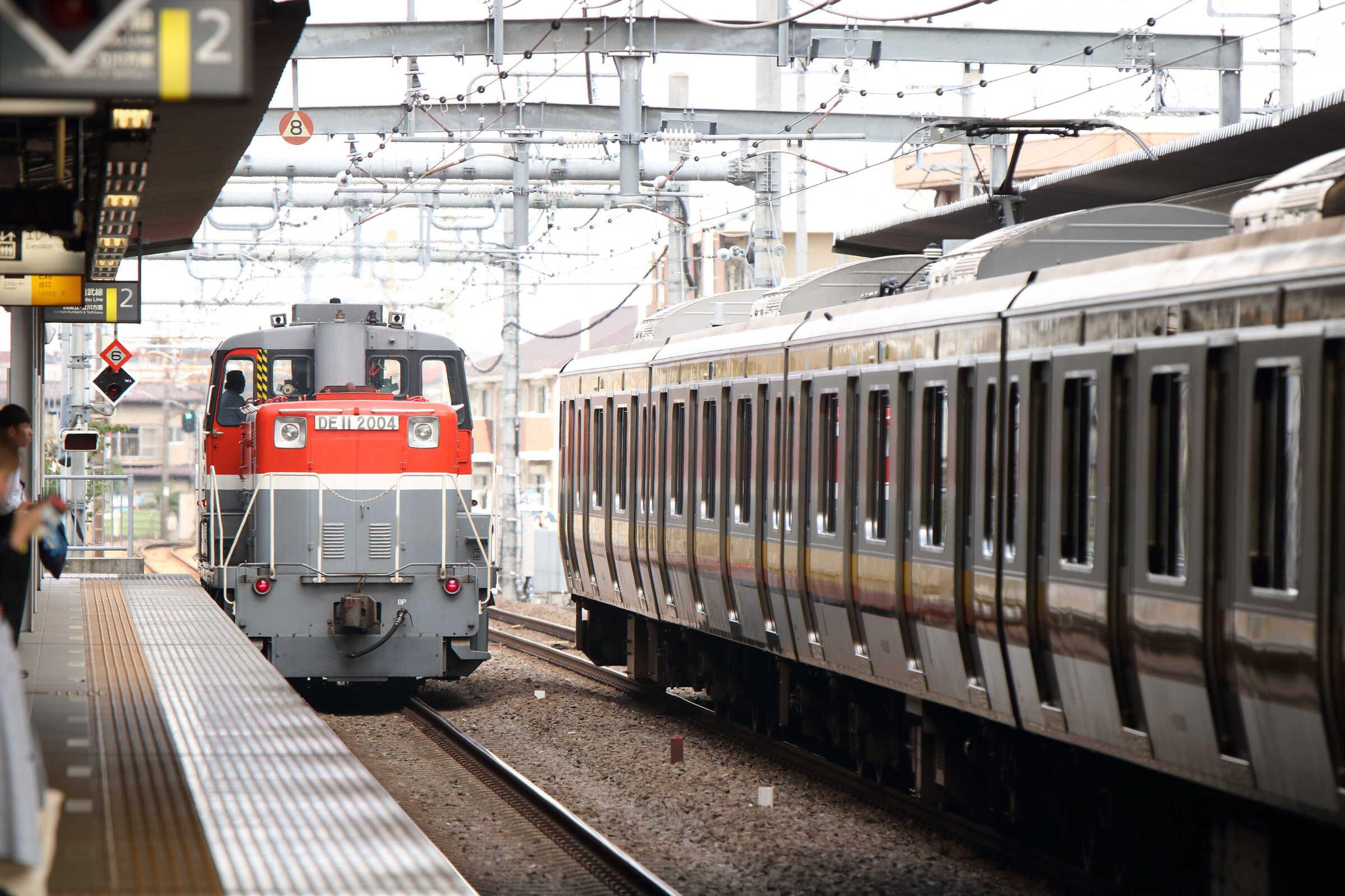 単8493列車 拝島入換機送り込み DE11-2004[新]<臨A1103>