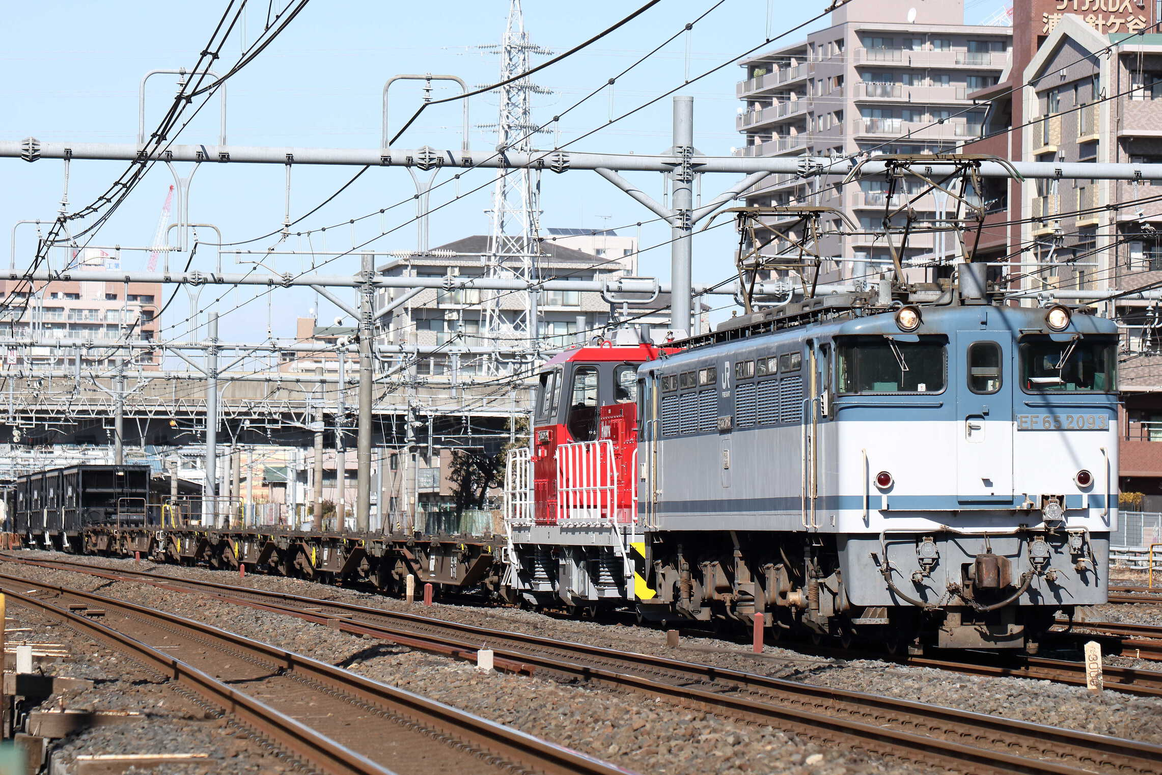 配6794列車 EF65-2093[新]+HD300-29[新]+コキ6車+オホキ4車