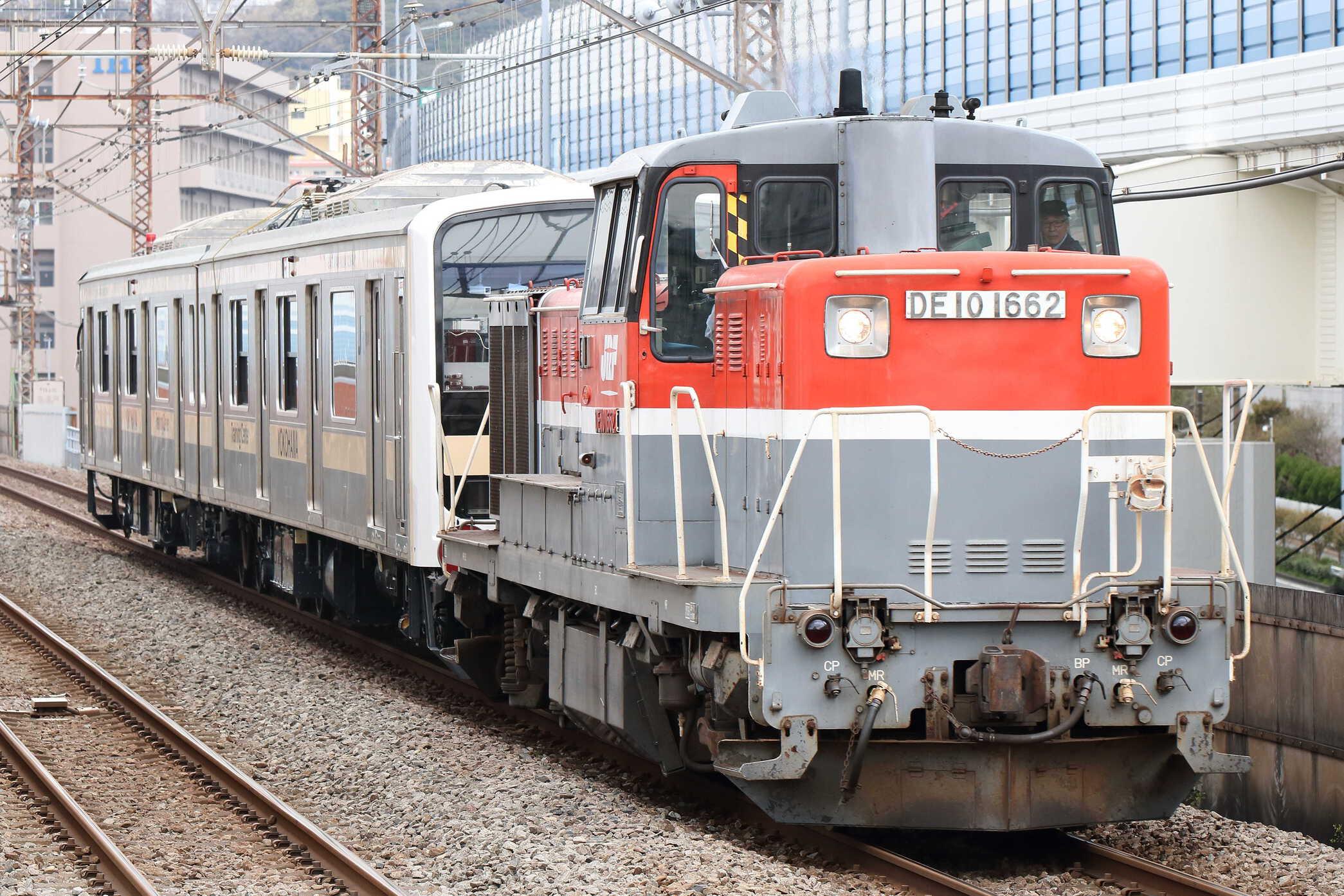 9597列車 甲57(郡山〜逗子) KY出場甲種輸送 DE10-1662[新]+横浜総合訓練センター訓練車2車(モハ209-39+モハ208-39)